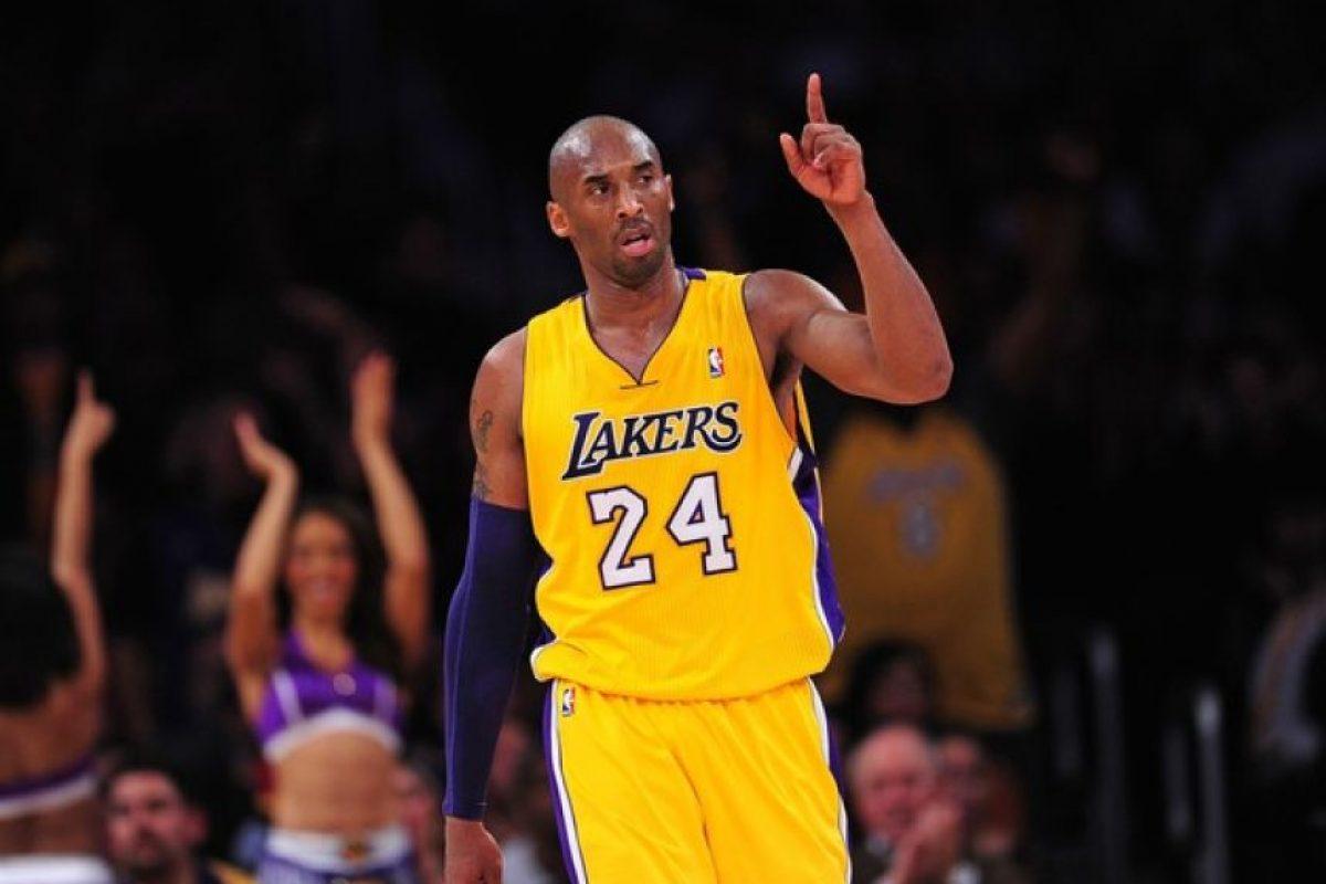 Kobe Bryant y su adiós al baloncesto de la NBA. No hay forma de hablar de la segunda parte de la temporada de baloncesto de la NBA sin tener presente cada minuto de la última temporada de Kobe Bryant, quien ha sido una de las principales figuras de la liga y un referente obligatorio en las discusiones sobre quién ha sido el mejor jugador en la historia.Debido al récord que acumula su equipo hasta el momento, Bryant, quien está en su temporada número 20 en la liga, quizas no pueda accionar en los playoffs. Pero sin tomar en cuenta este factor, el hombre que ha sido la pieza más importante de los Lakers en cinco de sus campeonatos continuará siendo objeto de reconocimientos y será interesante ver cómo cada uno de sus rivales despide a esta gloria viviente en su vuelo final.A todos los enfrentó con gallardía, provocandoles dolorosas derrotas. También hay expectación con respecto a la despedida que le dé su público que lo ha seguido y victoriado en esta aventura, que ha desarrollado durante toda su carrera. Pero sobre todo lo más interesante de este último recorrido será ser testigo de cómo uno de los más grandes se despide del deporte que ama y al cual le ha dedicado más de la mitad de su vida, como él mismo ha expresado. Foto:Fuente Externa