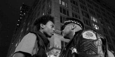 John J. Kim. En la imagen se aprecia a un joven afroamericano y un policía durante una manifestación contra el abuso policial a los jóvenes negros en Estados Unidos. Foto:worldpressphoto.org
