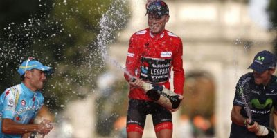 Chris Horner minutos después de conquistar la Vuelta a España en momentos en que celebra con champagne. Foto:Fuente externa