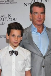 "Pierce y Dylan Brosnan. El retoño del famoso ""James Bond"" heredó su porte de galán. Foto: Getty Images"