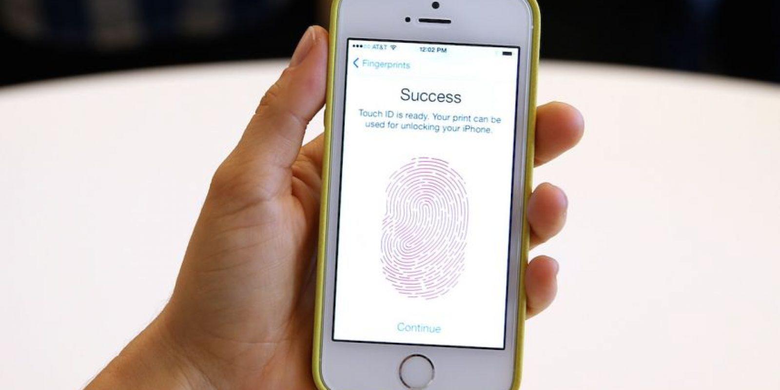 """Apple no quiere """"crear una puerta trasera"""" del iPhone. Un dispositivo modelo 5c está implicado en el atentado terrorista del pasado 2 de diciembre en California. Foto:Getty Images"""