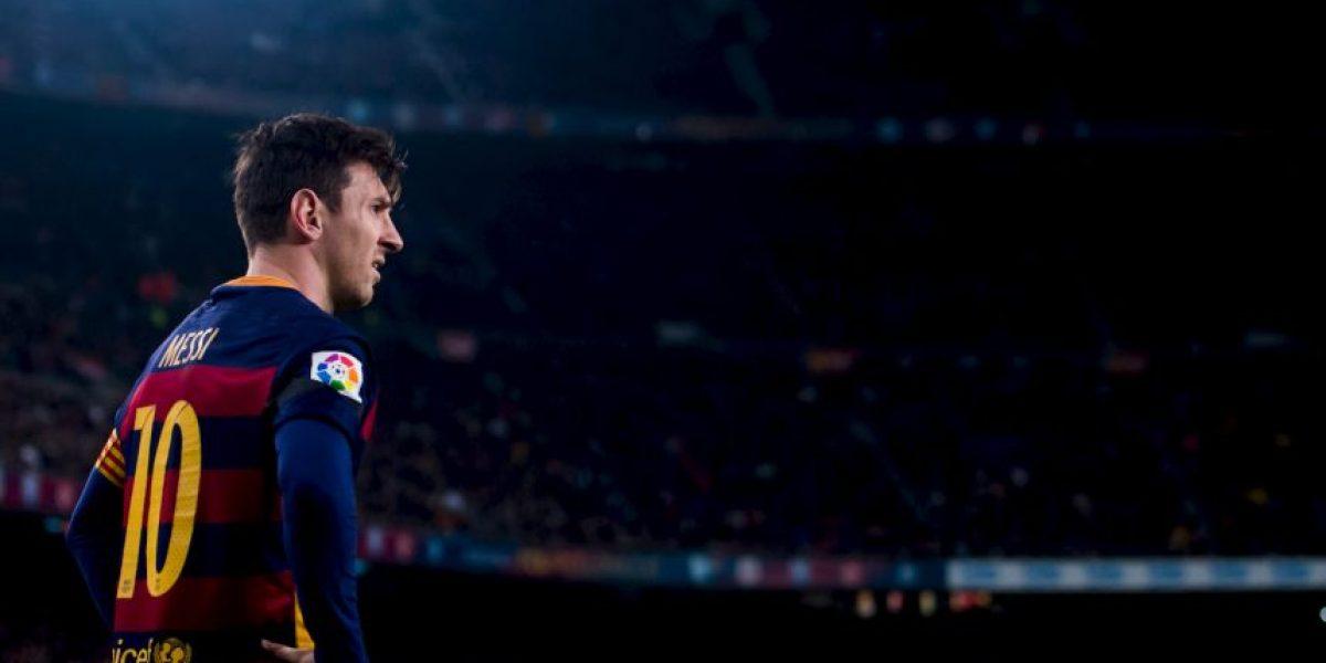 Video: Lionel Messi firma dos camisetas a leyenda del Barcelona