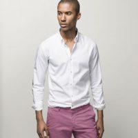 Una camisa blanca te ayuda a jugar con estampados y colores llamativos. Foto:Fuente Externa