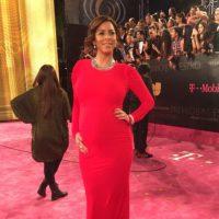 La host de Univision, Lourdes Stephen, perfecta en rojo. Hola, Kim: así se viste una embarazada. Foto:vía Twitter