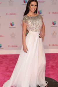 Marlene Favela, con un vestido que la hace ver distinta a lo acostumbrado. Lástima el pelo. Foto:vía Getty Images