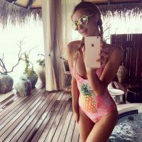 Luego posó con este traje de baño de piña Foto:vía instagram.com/parishilton