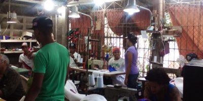 En el interior del taller del Maestro Fillo, los jóvenes trabajan entusiastas. Foto:Carlos J. Basora O