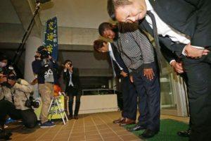 Navarro, acompañado de varios representantes de Lotte, se disculpa a su salida de la estación de policía Foto:Yahoo Japón