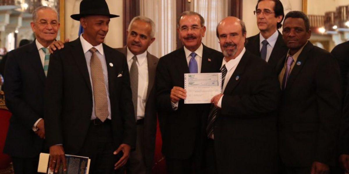 Medina entrega financiamiento a 40 asociaciones de pequeños agricultores