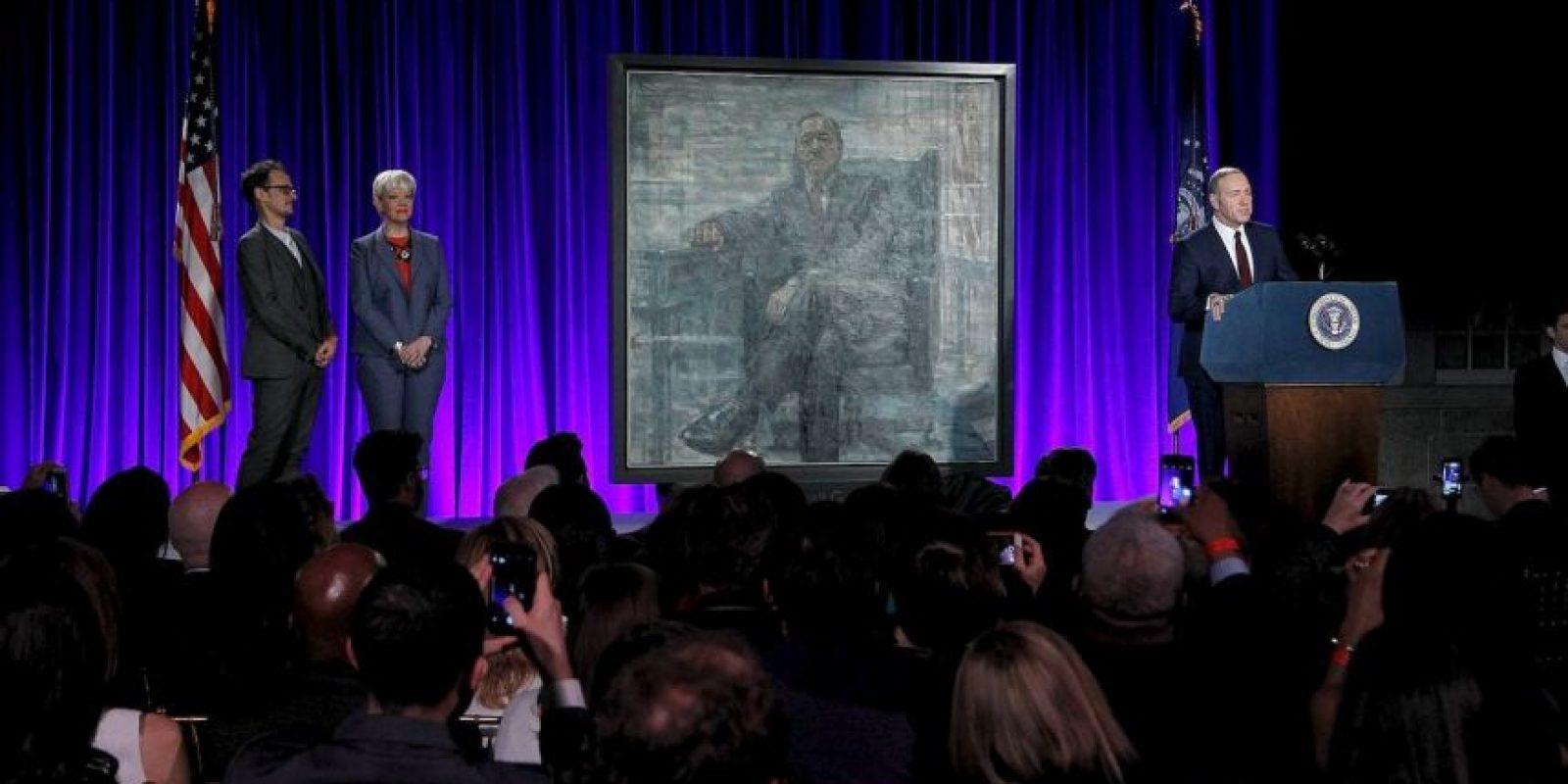 Frank Underwood fue acompañado por el autor del retrato Foto:House of Cards