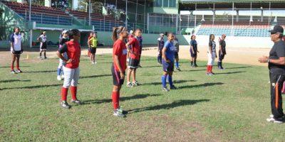 José Pascual (d) en el proceso de enseñanza aprendizaje en la Academia Infantil de Softbol. Foto:Fuente Externa