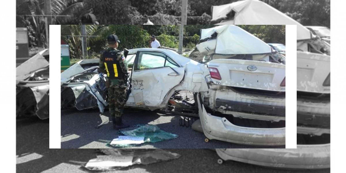 Tres heridos en un choque entre un minibús y un carro en la 6 de Noviembre