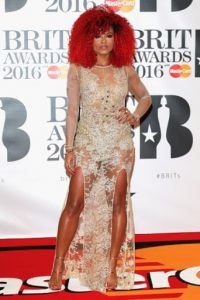 Fleur East usando un vestido con transparencias Foto: Getty Images