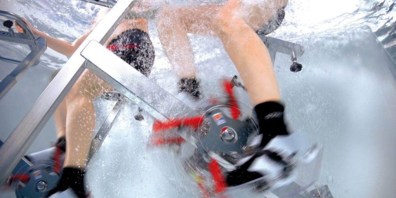 Pedalear en el agua ayuda a desarollar la misma fuerza en ambas piernas. Foto:Fuente Externa