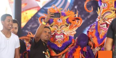 Los diablos se acercaban para tomarse selfies con los asistentes al carnaval. Foto:Fuente Externa