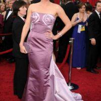 Charlize Theron con rolls de canela en el pecho. Foto:vía Getty Images