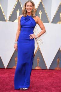 No funciona este vestido en Lara Spencer por la cantidad de joyas que trae y porque el vestido debió ser más largo. Foto:vía Getty Images