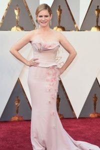 Jennifer Jason Leigh en un tono nada favorecedor. Se confunde con su piel. Foto:vía Getty Images