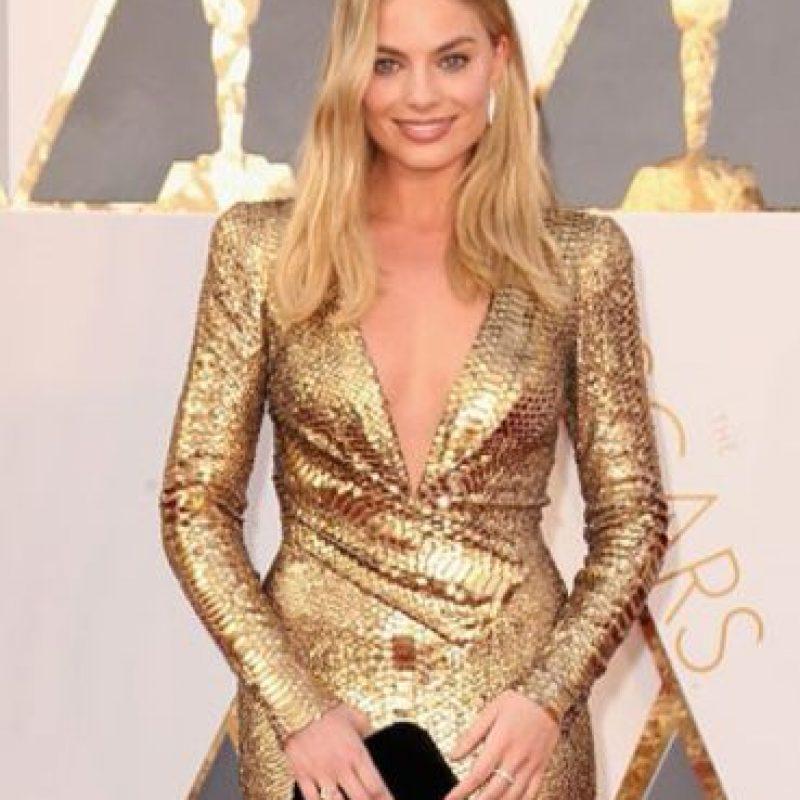 Margot Robbie, un cambio increíble desde su última red carpet. En dorado, con escote, muy ochentas pero reinventada. Foto:vía Getty Images