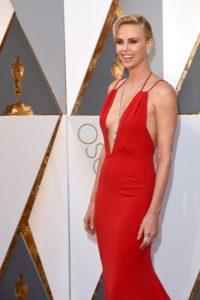 Además de sorprender con un escote pronunciado en un vestido rojo Dior, mostró un collar valuado en 3.7 millones de dólares. Foto:Getty Images