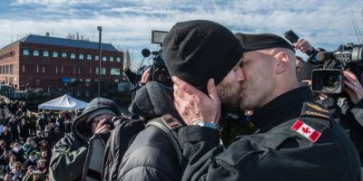 Video: Este beso entre militares causó revuelo entre los testigos