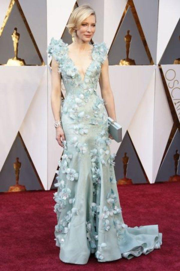 Cate Blanchett, veterana de la alfombra roja, escogió este impresionante traje de Armani Privé, el cual combinó con joyas de Tiffany & Co. Blue Book. Foto:Fuente Extera