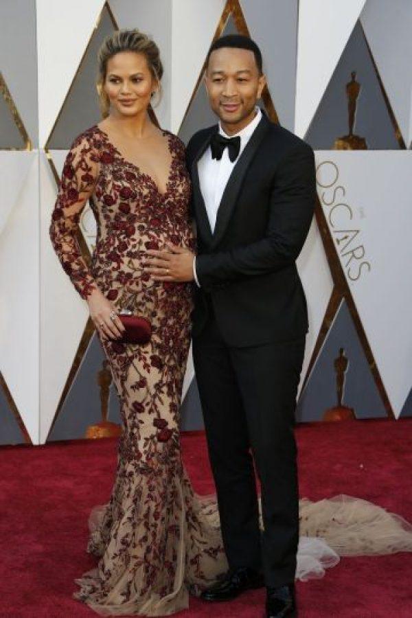 John Legend, presentador y uno de los mejor vestidos de la noche, se hizo acompañar de su esposa, Chrissy Teigen, bellísima en Marchesa. Foto:Fuente externa