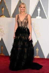 Con un vestido algo diferente a lo que nos tiene acostumbrados, pero fiel a su firma de cabecera, Dior, Jennifer Lawrence lució tan elegante como un cisne negro. Foto:Fuente externa