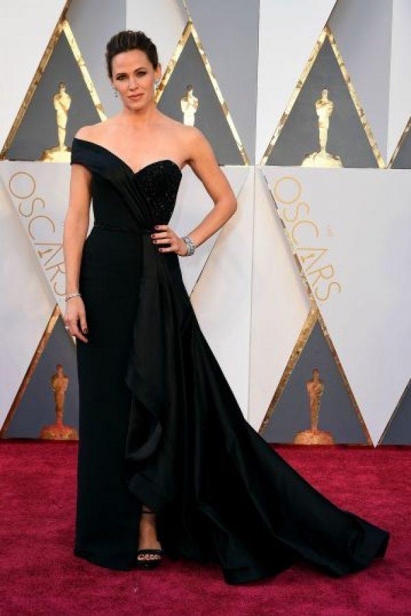 Jennifer Garner fue la muestra viviente de que puedes llamar la atención vestida de negro, con este elegantísimo diseño de Atelier Versace. Foto:Fuente externa