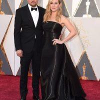 Kate Winslet lució un vestido tipo columna en seda líquida, de Ralph Lauren Collection, para acompañar en su noche a su entrañable amigo Leonardo DiCaprio, quien llegó elegantísimo de Armani. Foto:Fuente externa