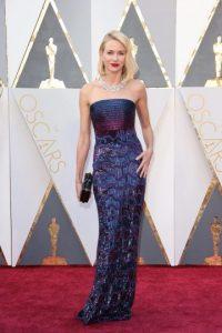 Naomi Watts parecía una sirena con su vestido strapless de lentejuelas Armani Privé, el cual llevó con una cartera de mano e imponente gargantilla de Bulgari. Foto:Fuente externa