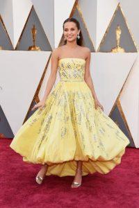Alicia Vikander, ganadora del Oscar a Mejor Actriz de Reparto por su papel en La chica danesa, lució angelical en un hermoso vestido strapless y falda de globo de Louis Vuitton. Foto:Fuente externa