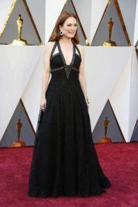 Demostrando que la edad es solo un número, Julianne Moore se vio radiante con un traje negro con escote pronunciado, de Chanel Haute Couture. Foto:Fuente externa