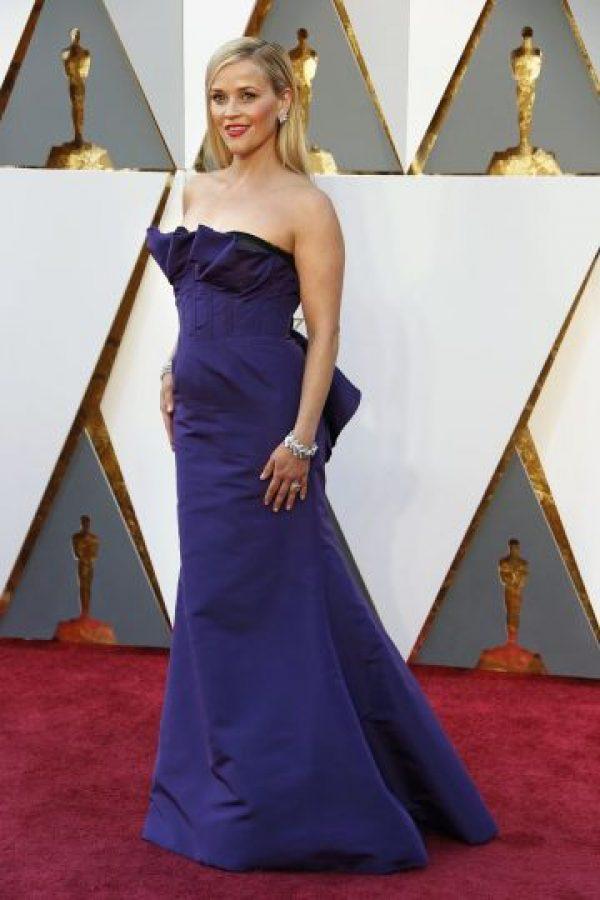 La siempre estilosa Reese Witherspoon desbordó glamur del viejo Hollywood con su diseño del dominicano Oscar de la Renta. Foto:Fuente externa