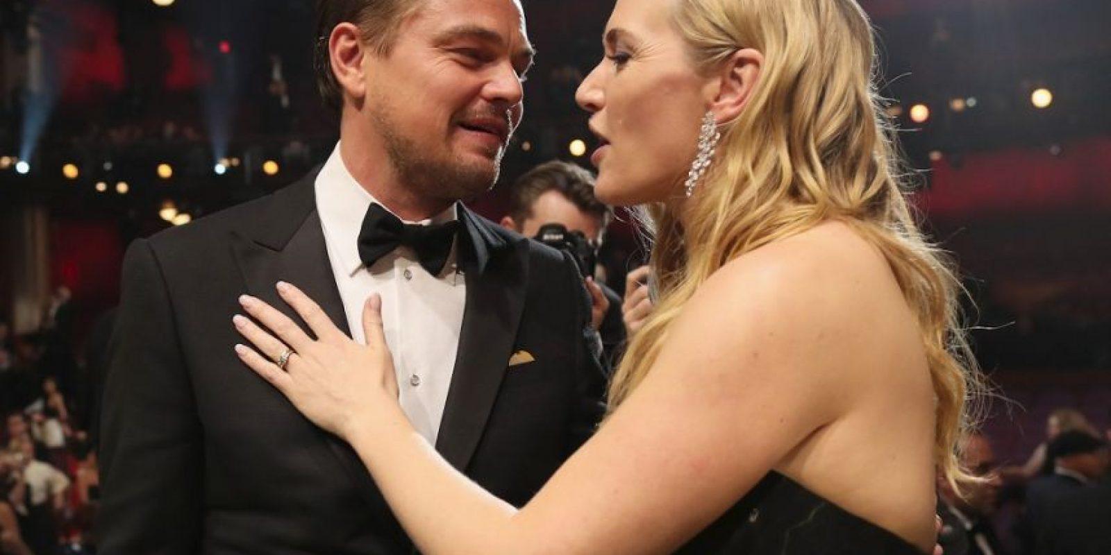"""La emoción de Kate Winslet fue más grande que el Titanic. La actriz, que peleó el Oscar por su papel en Steve Jobs, no se llevó a casa el galardón, sin embargo, la reacción al ver a su amigo """"romper la maldición"""" lo dijo todo. La actriz estaba tan feliz como el mismo DiCaprio.Recordemos que esta pareja tiene una gran relación de amistad, la cual mantienen desde que se conocieron hace casi 20 años en el rodaje de Titanic, por lo que Kate no aguantó las lágrimas al ver el triunfo de su amigo.Minutos antes, los actores se habían saludado en la alfombra roja. Cada uno posaba por separado ante las cámaras siguiendo atentamente las peticiones de los fotógrafos cuando se encontraron de nuevo.Winslet no dudó en ponerse a su lado para posar juntos, mientras los presentes gritaban """"¡Rose, Jack!"""". La eterna pareja de Hollywood posó sonriente y mantuvo una breve conversación. Foto:Fuente externa"""