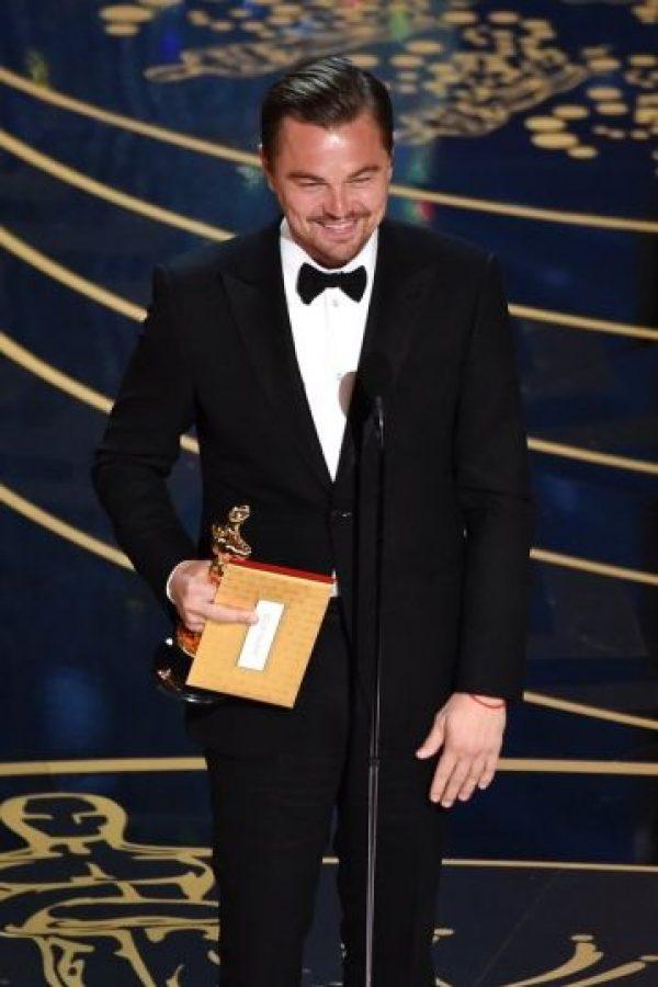 """La ofensiva señal al recibir el Oscar. Al momento de recibir la estatuilla dorada algo pasó con su mano derecha.Como podemos ver en la foto, """"Leo"""" recogió su premio y lo sujetó con su mano derecha, con esa misma tomó el sobre con su nombre, por lo que tuvo que usar su dedo medio para sujetar ambas cosas.Este gesto ha generado dudas y polémica en las redes sociales.En realidad no está claro si fue un descuido del actor o lo hizo conscientemente.Pero a pesar de la polémica, Leonardo sigue disfrutando de su Oscar, el cual ya fue grabado con su nombre. Viviana Ortiz Foto:Fuente externa"""