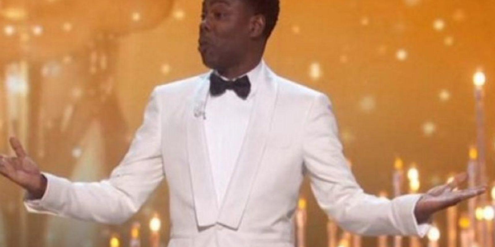 Chris Rock apareció en el escenario vestido con un saco blanco, y su monólogo se centró en la polémica de la falta de personalidades de color nominados en esta entrega. Foto:Vía TNT