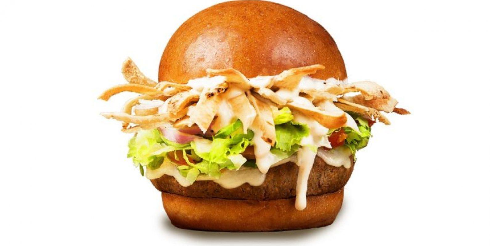 Burger of the month: Cuando pensamos romper la dieta siempre llega a nuestra mente una hamburguesa. La de este en Mustards es Falafel Burguer: Falafel, queso provolone, tiritas crispy de pita, salsa tzatziki, lechuga, tomate y cebolla. Es 0% carne, 100% sabor. Foto:Fuente Externa