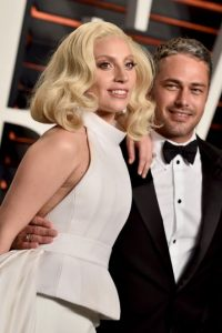 Durante toda la noche estuvo acompañada de su pareja, Taylor Kinney Foto:Getty Images
