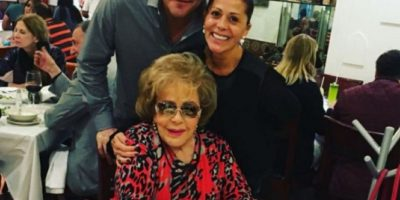 Aquí con su mamá la actriz Silvia Pinal y el futbolista mexicano Carlos Hermosillo. Foto:Vía Instagram/laguzmanmx