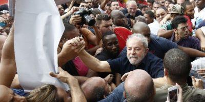 Cuando fue puesto en libertad se encontró con sus seguidores. Foto:AFP