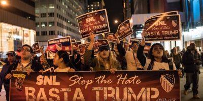 """1- México / Latinos. El 16 de junio de 2015, al anunciar que buscaría la candidatura presidencial por el Partido Republicano, Trump lanzó el eje central de su campaña: atacar a los mexicanos y latinos que cruzan ilegalmente hacia Estados Unidos. Al respecto, Trump los calificó de """"violadores"""" y """"ladrones"""".""""Cuando México manda a su gente no mandan a los mejores. Mandan a gente que tiene muchos problemas y nos los traen. Traen drogas, traen crimen. Son violadores"""", dijo Trump.Estas acusaciones lo llevaron a los titulares de todo el mundo y recibió respuesta de diversos sectores: empresarios decidieron terminar sus negocios con él, la comunidad artística hispana en Estados Unidos lo rechazó e incluso el gobierno de México lo calificó de """"absurdo y prejuicioso"""". Foto:Fuente Externa"""