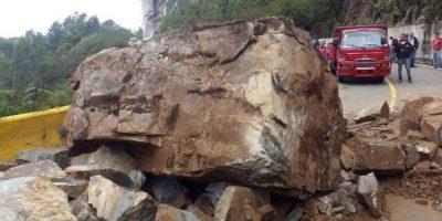 Derrumbe paraliza el tránsito carretera Jarabacoa-Constanza