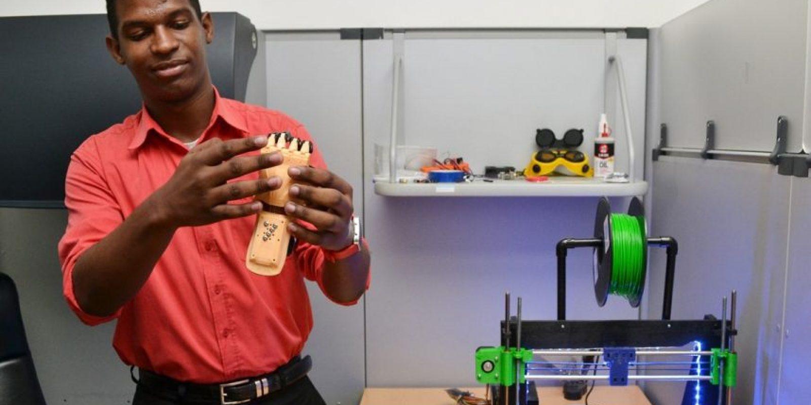Jesús Manuel, también estudiante del ITLA, presenta una prótesis hecha con impresión en 3D Foto:Mario de Peña