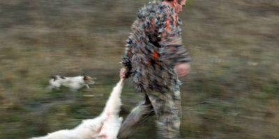 Lucero y su novio, Michel Kuri, posaron con rifle en mano al lado de una cabra montés muerta. Foto:Getty Images