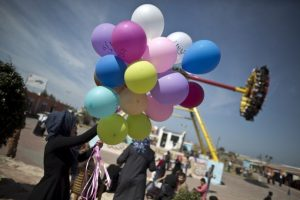 """Pacificamente una mujer reparte globos con el mensaje: """"Derechos de la mujer"""". Foto:AFP"""