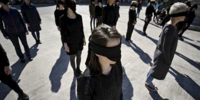 Mujeres realizaron un performance en honor a la historia de los movimientos feministas. Foto:AP