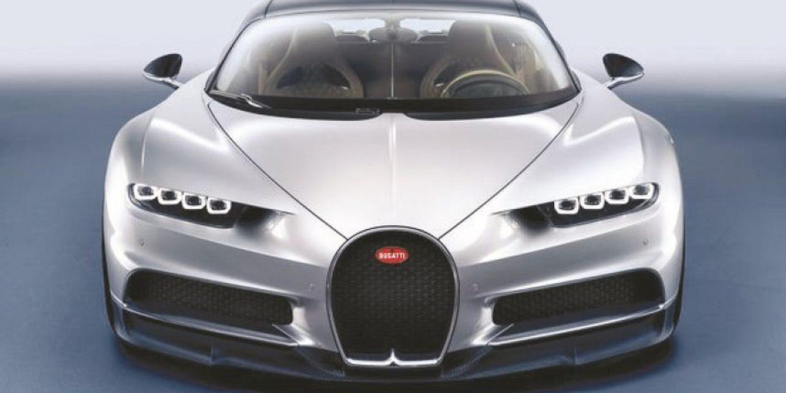 """Bugatti Chiron. El nombre responde al homenaje que la marca realiza a Louis Chiron, piloto de la armadora en la década de los veinte y treinta.Dejando el impacto de sus mil 478 caballos de potencia, una cifra aún más aterradora es la de la entrega del torque: mil 180 libras pie a partir de las 2,000 rpm.El relevo de Veyron llega con cartas tan poderosas que hace lucir a sus rivales como """"lindos gatitos"""": 1,478 caballos de potencia y 1,180 libras pie de torque producto del 8.0 litros W16 a gasolina, que recibe un nuevo sistema de sobrealimentación (cuatro turbos más grandes, capaces de aspirar mucho más aire a mayor presión) y enfriamiento. Foto:Bugatti"""