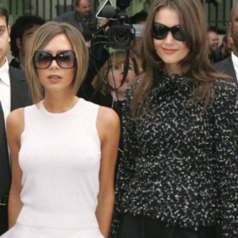 Victoria Beckham vs Katie Holmes. Estas dos famosas eran muy amigas, incluso Victoria asistió a la boda de Katie y Tom Cruise en Italia, pero pasado un año se distanciaron. Según rumores quien las distanció fue el mismo Tom. Foto:Getty Images