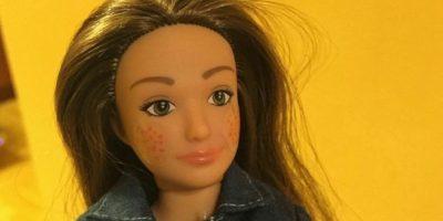 """""""Me di cuenta en la tienda de juguetes que había un gran muro de muñecas de moda y sentí como que estas muñecas estaban diciendo, 'Si no eres una supermodelo, algo está mal contigo'. """"No hay nada malo en ser una supermodelo, pero creo que debería haber una alternativa en los estantes de juguete"""", dice el artista e investigador con sede en Pittsburgh, Estados Unidos. Foto:vía Lammily"""